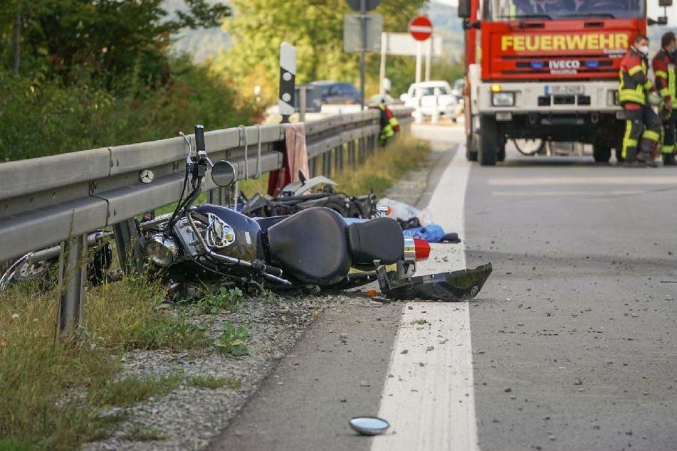 Junge Biker stürzen bei gemeinsamer Fahrt: 17-Jähriger stirbt auf B20