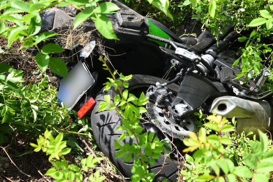 Der Motorradfahrer krachte mit seinem Bike ins Grüne.