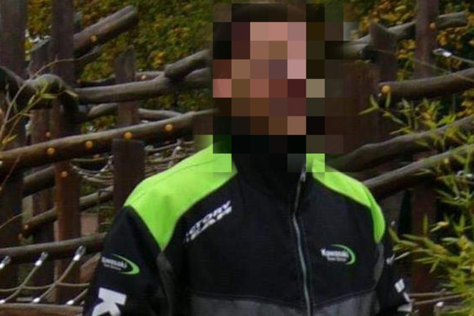 Der Mann trägt vermutlich eine dunkelgrüne Arbeitshose.