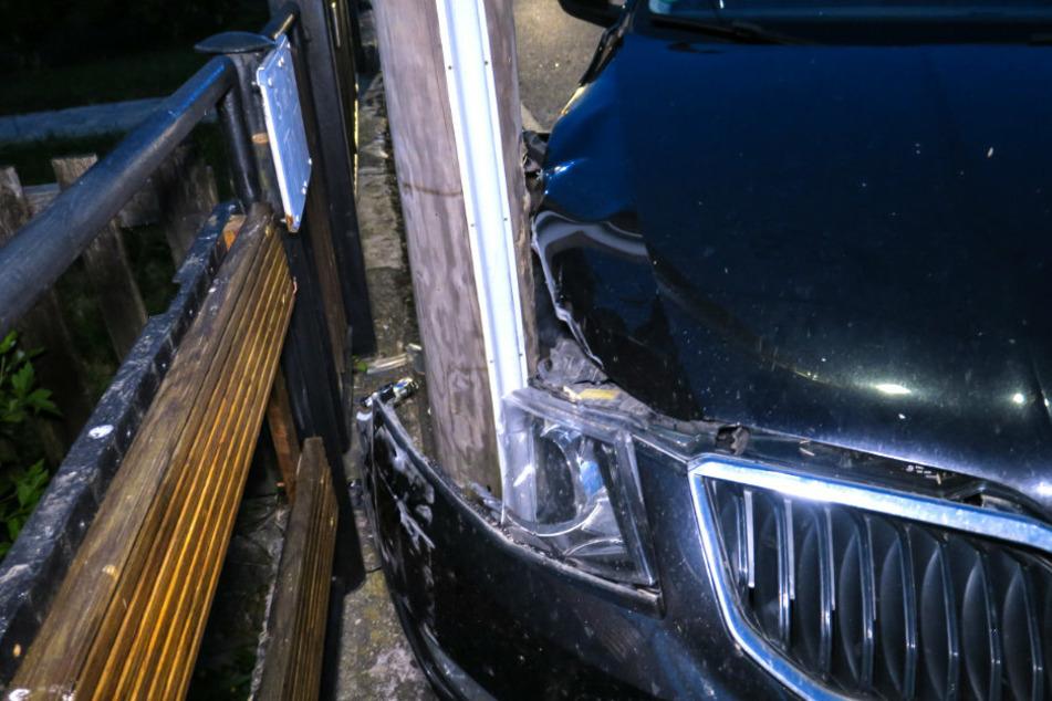 Skoda prallt gegen Strommast: Fahrerin im Krankenhaus
