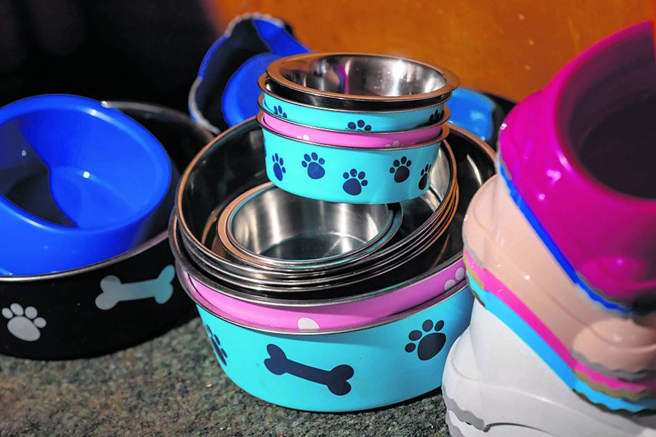 Futternäpfe gehören zur Ausstattung der Zimmer. Im Restaurant gibt es auch ein Speiseangebot und eine Karte für Hunde.
