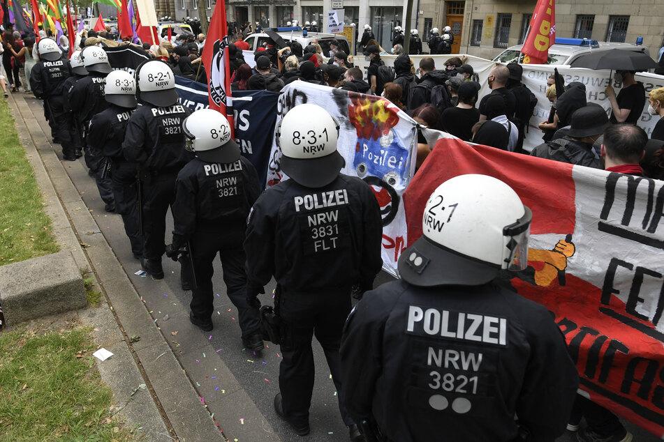 Die Polizei hatte einen Teil der Demonstranten, den sogenannten Antifa-Block, stundenlang eingekesselt und ihnen den Weiterzug untersagt.