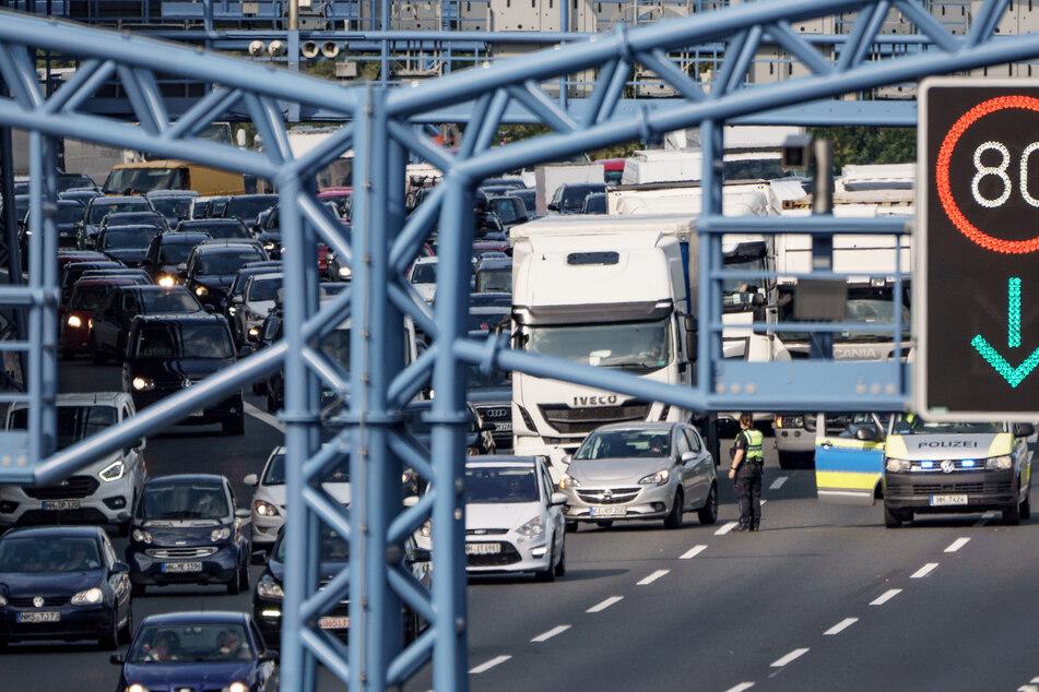 Lastwagen bleibt im Elbtunnel liegen: Zehn Kilometer Stau auf A7
