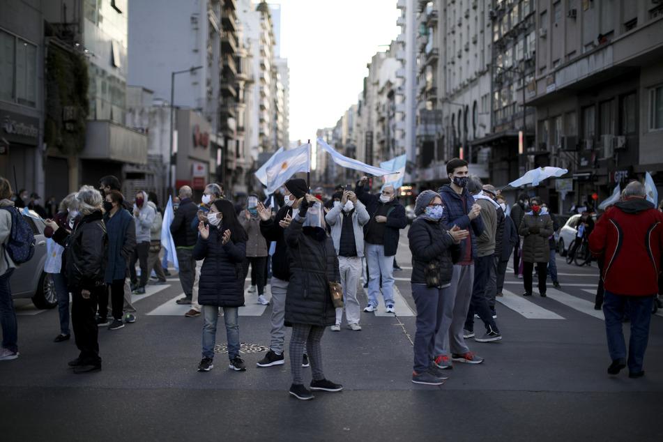 Demonstranten fordern das Ende der von der Regierung angeordneten Maßnahmen, um die Ausbreitung des Coronavirus einzudämmen.