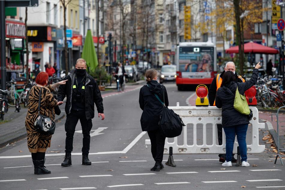 Anwohner stehen an einer Straßensperre in Köln-Ehrenfeld.