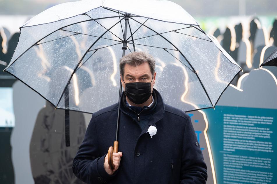 Markus Söder (CSU), Ministerpräsident von Bayern, trägt eine Mund-Nasen-Bedeckung.