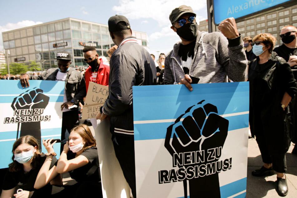 Teilnehmer einer Kundgebung protestieren gegen Rassismus und Polizeigewalt.