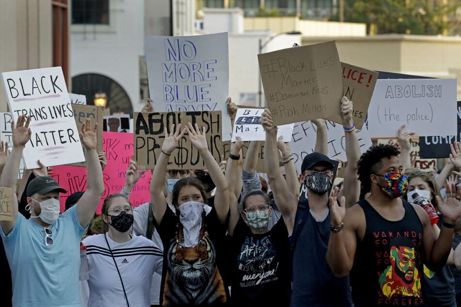 Demonstranten nehmen an einer Gedenkveranstaltung an den durch Polizeigewalt getöteten Afroamerikaner George Floyd teil. Das Verhalten von Polizisten gegenüber Schwarzen führt weltweit zu Debatten.