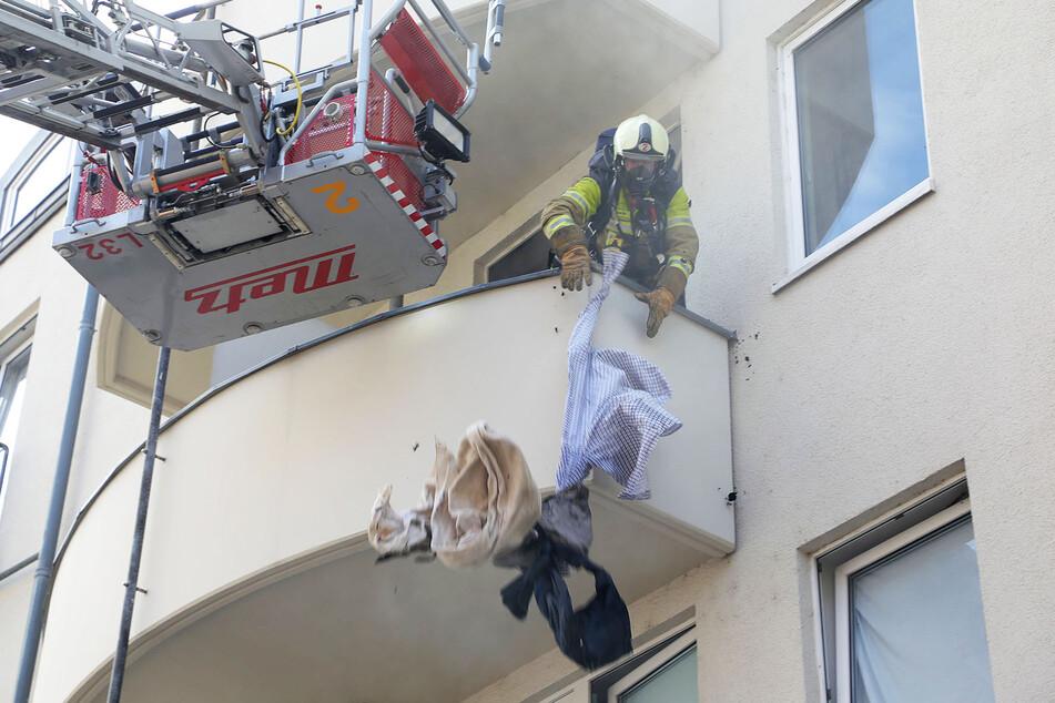 Ein Kamerad suchte nach brennenden Gegenständen in der Wohnung. Er fand eine lodernde Matratze und diverse Kleidungsstücke.