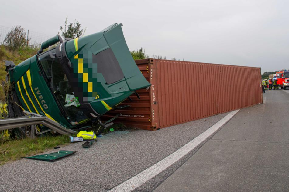 Der Laster-Fahrer kippte bei dem Unfall auf die Seite.