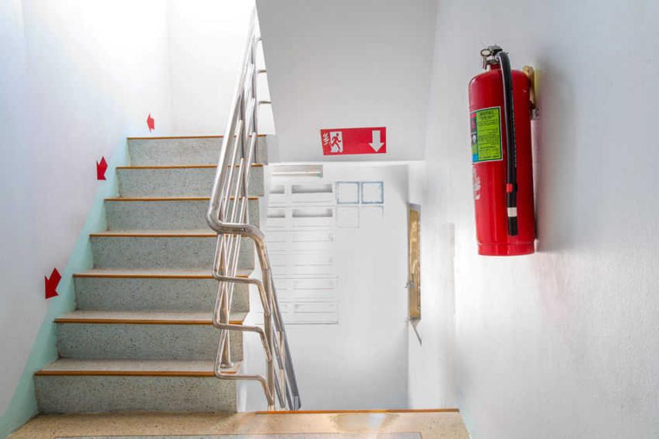 Ein Feuerlöscher hängt in einem Treppenhaus (Symbolbild).