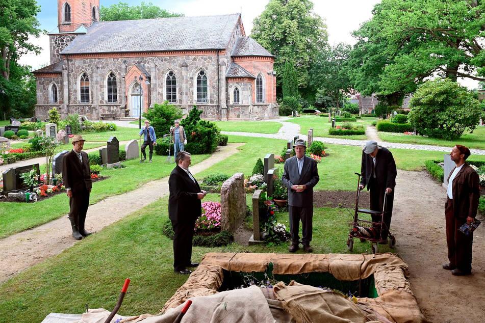Die Dorfgemeinschaft beerdigt den gestorbenen Kurt Brakelmann.