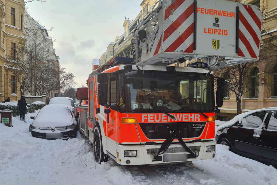 Auf der Kreuzstraße im Zentrum-Ost rutschte eine Feuerwehr mit Drehleiter in parkende Autos.