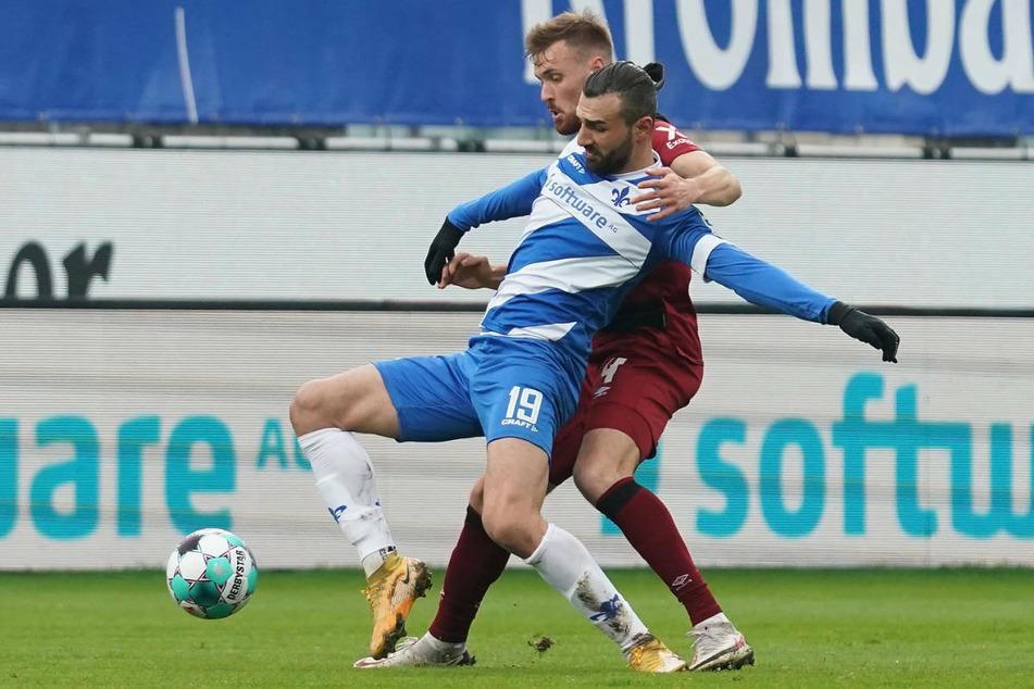 Nürnbergs Asger Sörensen (r.) gegen Serdar Dursun: Darmstadts Top-Torjäger hatte einen schweren Stand gegen die Club-Abwehr.
