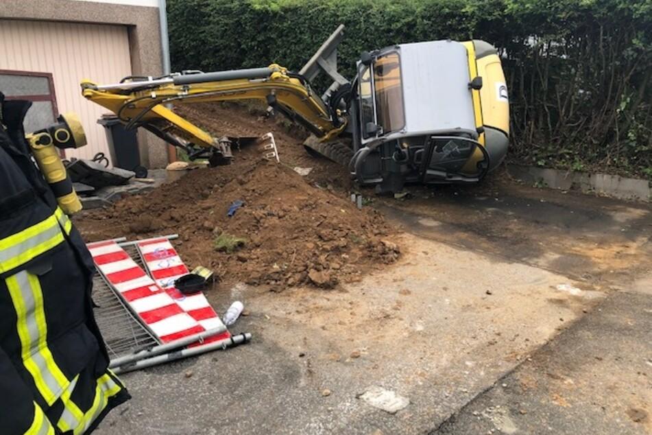 Der umgestürzte Minibagger in Schwelm am Montag.