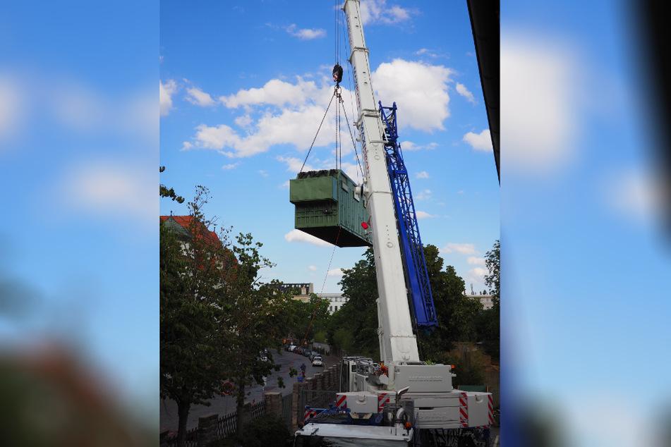 Der schwere Elefanten-Container musste mit einem Kran gehoben werden.