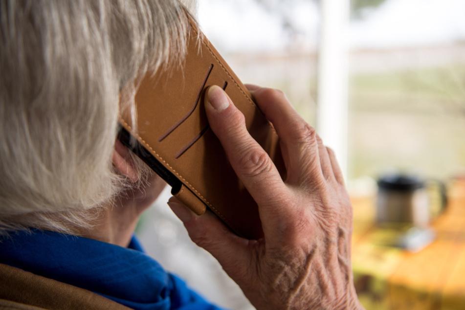 Polizisten-Masche: Trickbetrüger versuchen dreistes Ding bei Seniorin