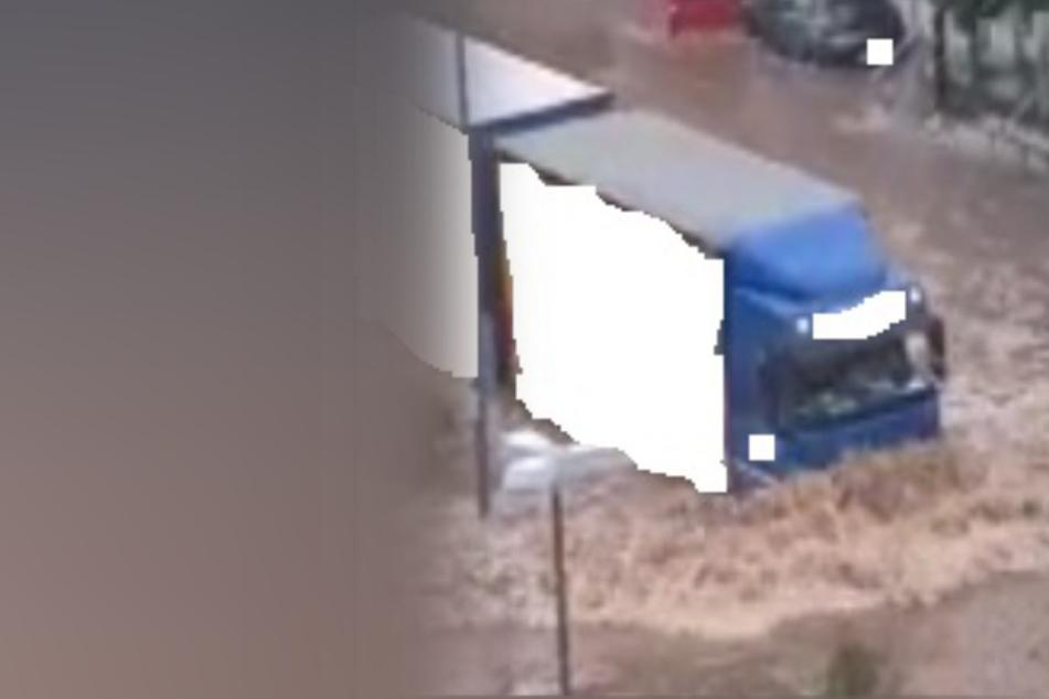 Der Lastwagen bahnte sich am Donnerstag seinen Weg durch die Wassermassen, beschädigt dabei zahlreiche Autos.