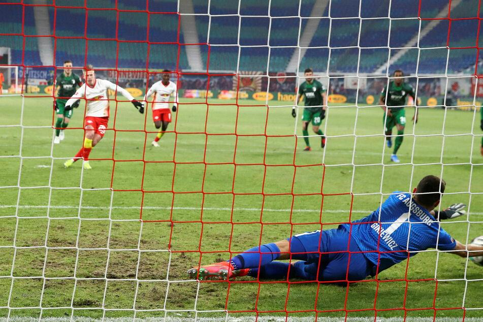 Dani Olmo (22, 2.v.l.) verschoss zwar den ersten Elfmeter, durfte aber nochmals antreten, weil Augsburgs Torhüter Rafal Gikiewicz (33) nicht auf der Torlinie stand.