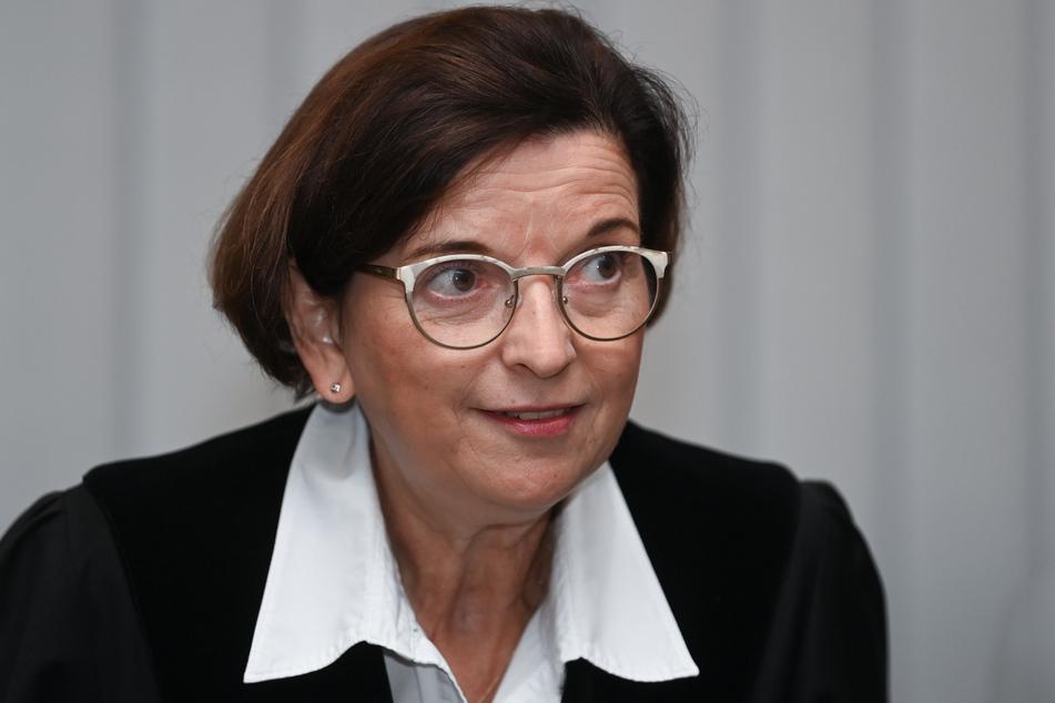 Ursula Mertens, Vorsitzende Richterin, ruft die Verhandlung gegen den angeklagten Stephan Balliet auf.
