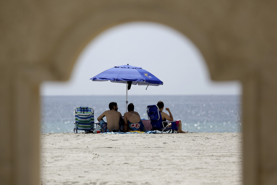 2. Juli, Hollywood: Menschen genießen die Sonne am Hollywood Beach. Im Süden des Bundesstaates werden die Strände aufgrund der hohen Zahl an Covid-19-Infizierten über das Feiertags-Wochenende des 4. Julis geschlossen.