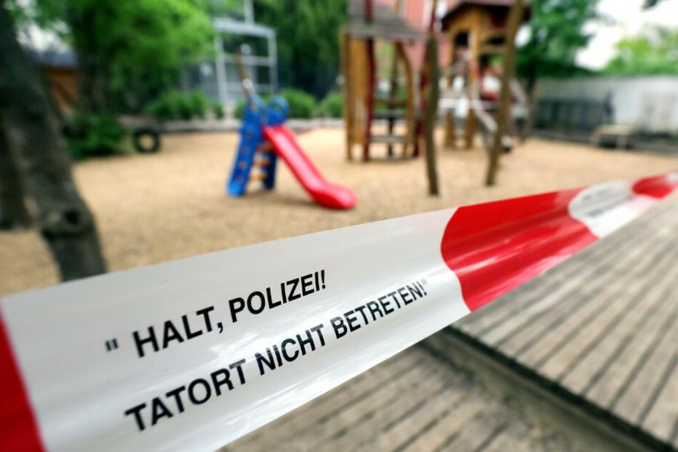 Mit einem Absperrband, das sonst nur bei der Polizeiarbeit Verwendung findet, ist in der Pestalozzi-Fröbel-Haus Kita im Bezirk Wilmersdorf während der Corona-Krise der Spielplatz gesichert.