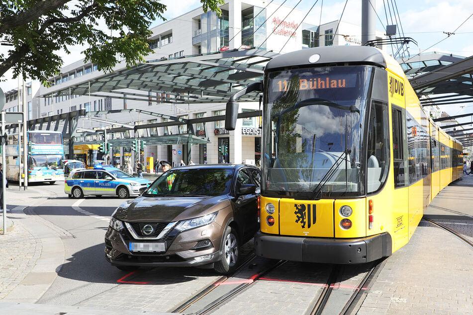 Der Nissan krachte auf dem Postplatz in die Seite der Straßenbahn-Linie 11.