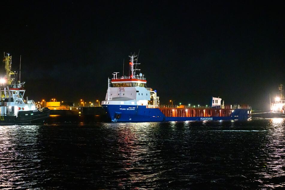 Auf der Flucht sprang der 26-Jährige kurzerhand ins Hafenbecken. (Symbolbild)