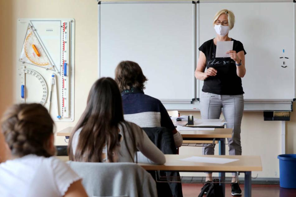 Vertreter von Lehrern und Eltern in Hessen blicken wegen der Corona-Pandemie mit Sorgen auf den Schulstart nach den Herbstferien am Montag. (Symbolbild)