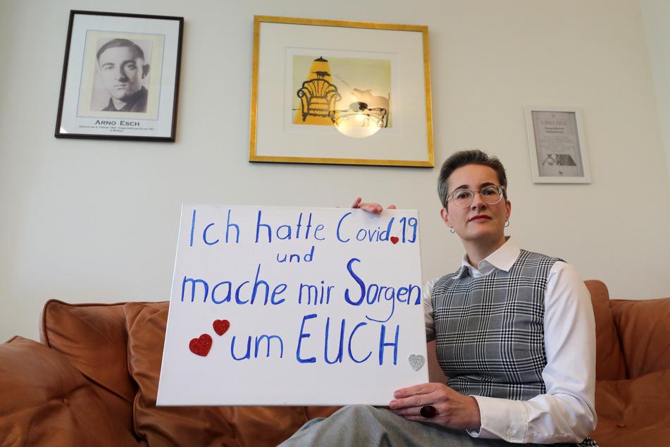 """Karoline Preisler (49) mit dem Schild, dass sie auch am Samstag in Leipzig getragen hatte. Die FDP-Politikerin hatte während der """"Querdenken""""-Demo versucht, das Gespräch mit Teilnehmern zu suchen."""