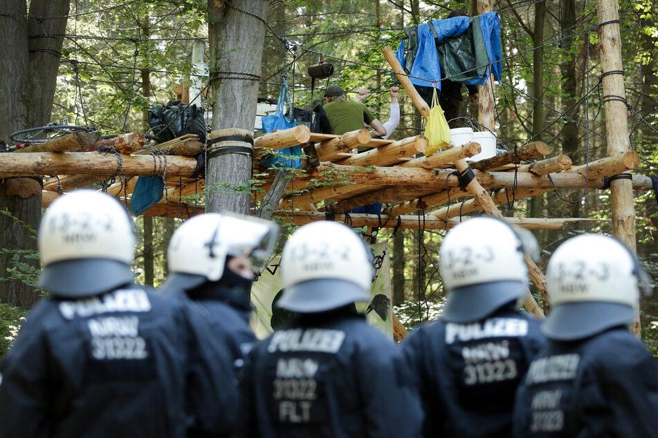 Hambacher Forst: Frauen beschmieren Polizeiauto mit Kot