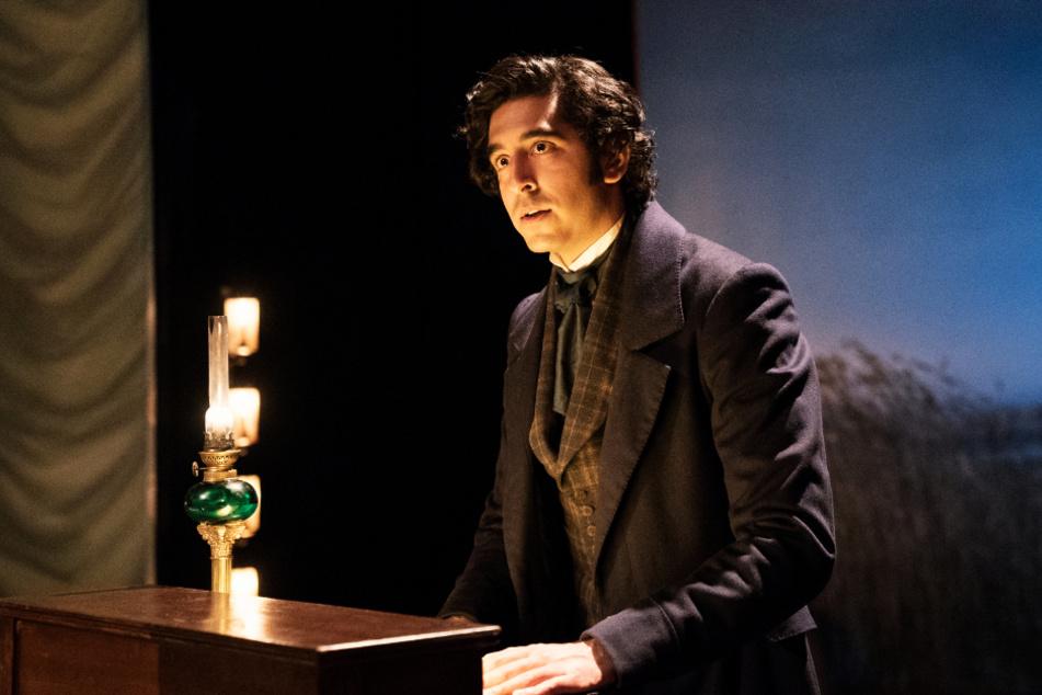 David Copperfield (Dev Patel) erzählt in einem Theater seine Lebensgeschichte.
