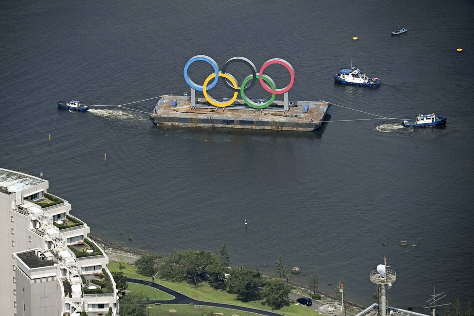 Blick aus einem Hubschrauber auf die Olympischen Ringe in der Bucht von Tokio.
