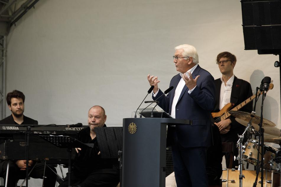 """Berlin: Bundespräsident Frank-Walter Steinmeier (2.v.r) spricht zu Beginn eines Jazzkonzerts mit """"Thomas Quasthoff & Friends"""" im Garten im Schloss Bellevue."""