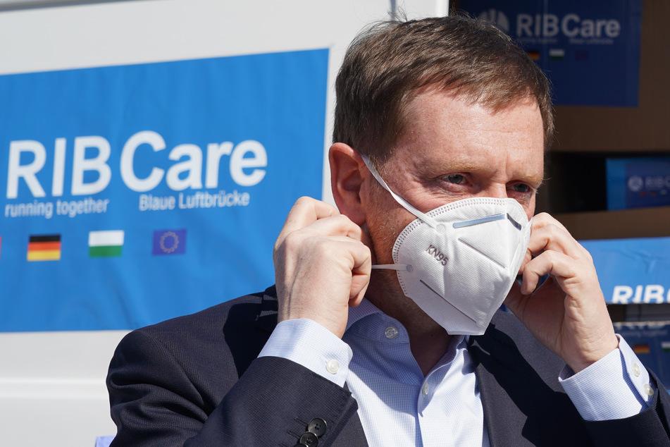 Die Menschen in Sachsen sollen sich nach Vorstellung von Ministerpräsident Michael Kretschmer (CDU) mit einfachen Schutzmasken ausrüsten.