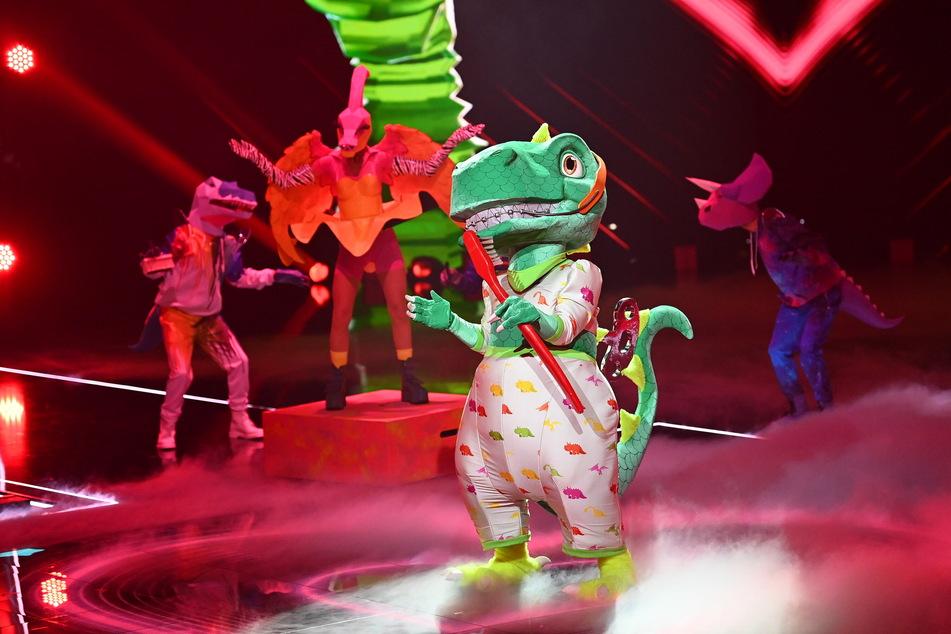 Viele haben geahnt, dass sich in dem Dino-Kostüm Sasha (49) verbirgt - allen voran Rateteam-Mitglied Rea Garvey (47).