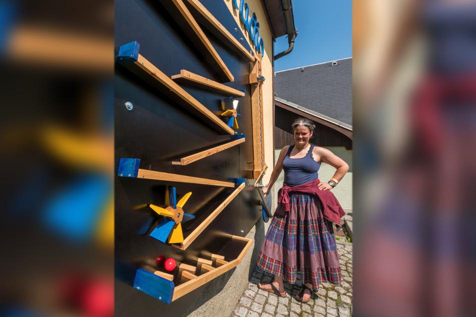 Design-Studentin Emma Brix steht an der Bahn vom Kunstgewerbe Emil A. Schalling.
