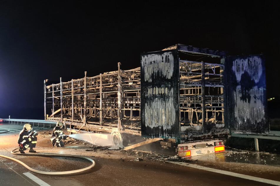 Der Laster-Anhänger hatte am Dienstagabend plötzlich Feuer gefangen und brannte anschließend komplett aus.