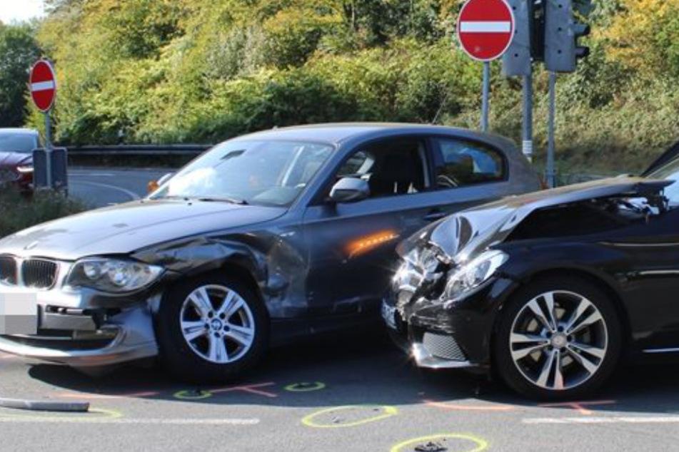 Frau fährt einfach über Rot und kracht in BMW