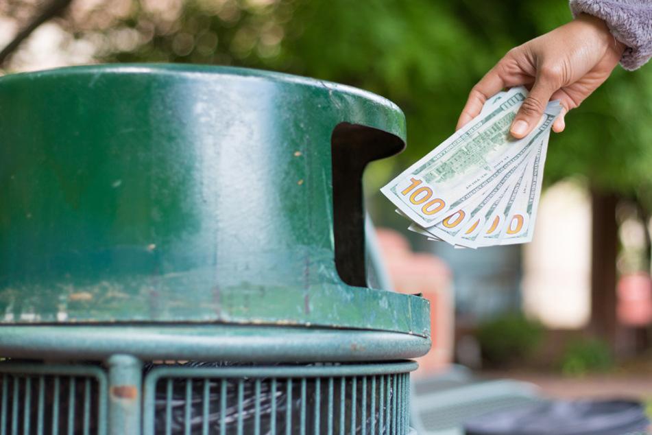 Die Mädchen haben mehrere hundert Euro in Mülleimern verteilt. (Symbolbild)