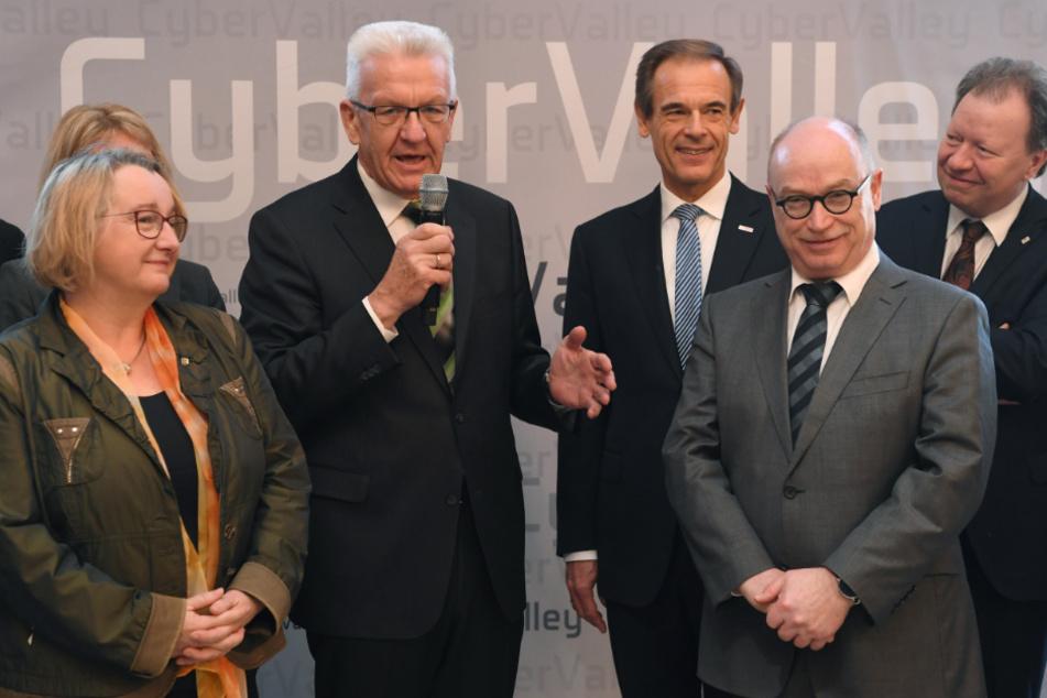 """Dezember 2016: Ministerpräsident Winfried Kretschmann (mit Mikrofon) bei der Auftaktveranstaltung zur Offensive """"Cyber Valley""""."""