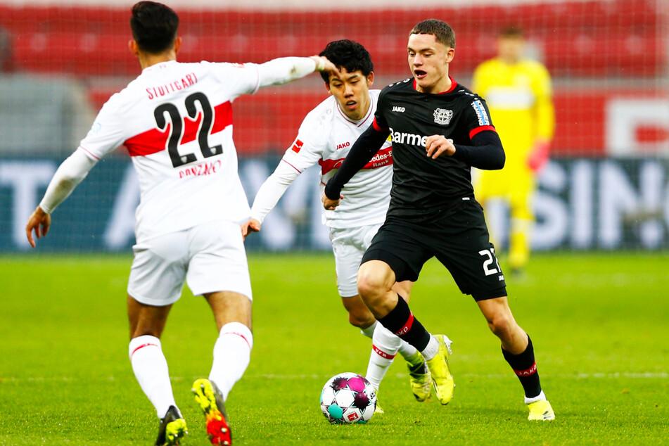 Die VfB-Profis laufen gegen B04 meistens hinterher. In dieser Szene können die Stuttgarter Nicolas Gonzalez (l.) und Wataru Endo (Mitte) den Leverkusener Florian Wirtz (r.) nicht vom Ball trennen.