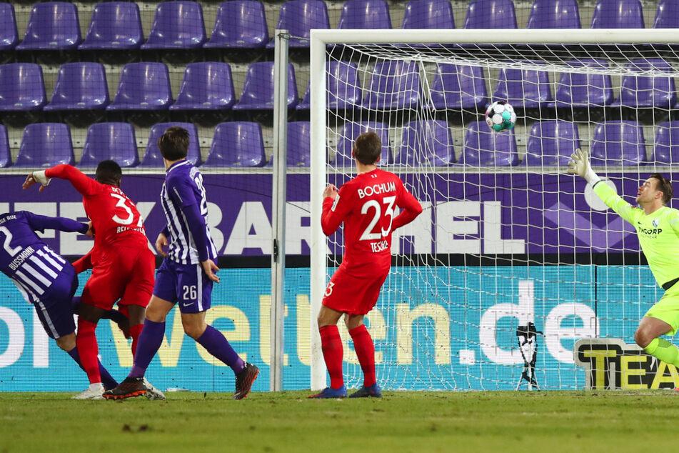 In der 28. Minute trifft Aue-Kicker Gaëtan Bussmann (links) gegen VfL-Torwart Manuel Riemann zum 1:0.