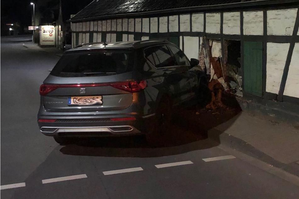 Autofahrerin erschreckt sich und fährt Loch in Hauswand