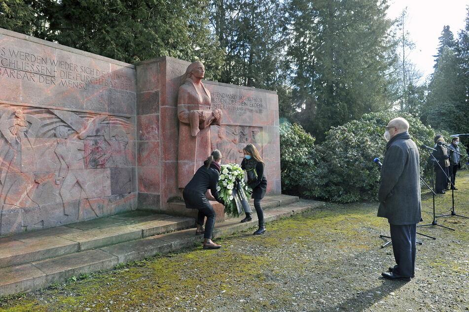 Der Friedenstag startete mit der Kranzniederlegung mit OB Sven Schulze (49, SPD) auf dem städtischen Friedhof.