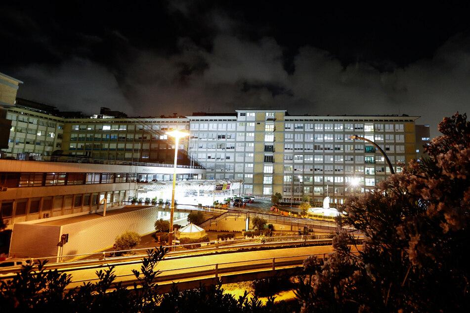 Ein Blick bei Nacht auf die Gemelli-Poliklinik in Rom, wo Papst Franziskus operiert wurde.