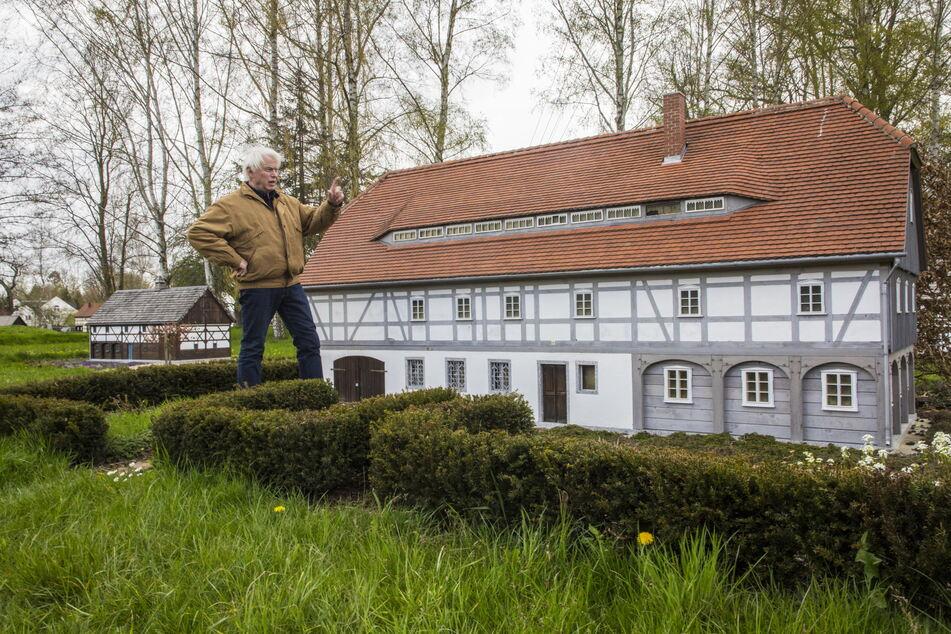 Als ehemaliger Bauingenieur kennt sich Gästeführer Eberhard Kanig (73) mit Umgebindehäusern bestens aus.