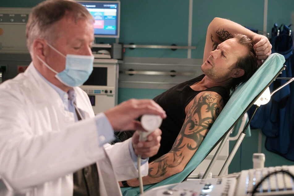 Bei der Untersuchung von Michael Kramer findet Dr. Roland Heilmann geschwollene Lymphknoten. Die Ursache dafür ist allerdings noch unklar.
