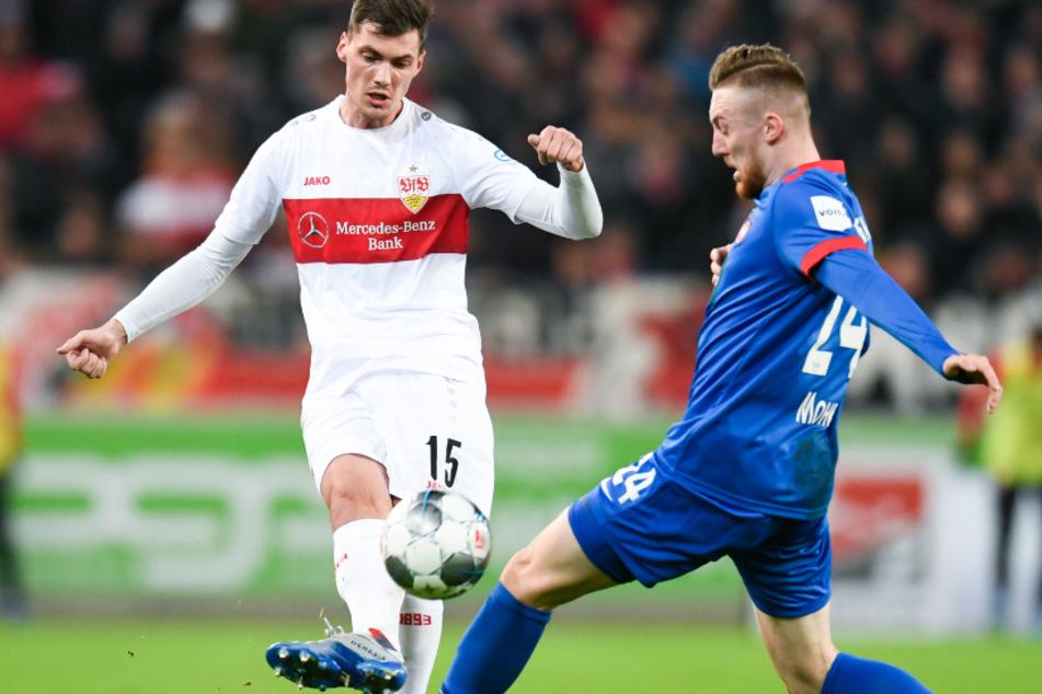 19. Spieltag: Pascal Stenzel (l) vom VfB Stuttgart in Aktion gegen Tobias Mohr (r) vom 1. FC Heidenheim.