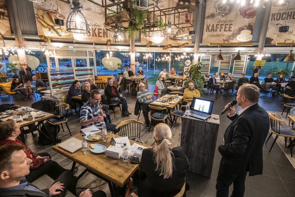 """Die Eins Energie informierte im """"Café Emil"""" über das geplante Holzheizkraftwerk. Am Mikrofon: Andreas Schultheiß (60)."""